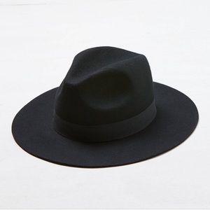 Lack of color Black out short brimmed hat 57mm